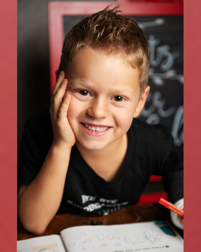Schulanfangsfoto mit einem Jungen von der Fotografin Ricarda Hager in Nürnberg