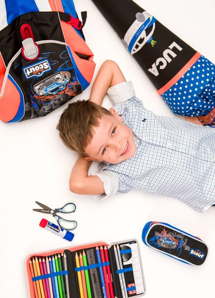 Schulanfangsfoto mit einem Jungen mit der Fotografin Ricarda Hager