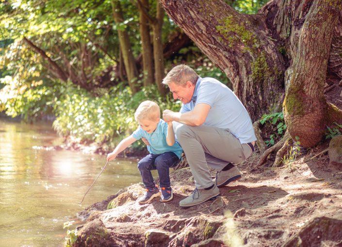 Outdoor Fotoshooting mit einem Vater und seinem Sohn. Fotografin Ricarda Hager